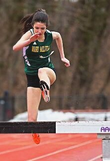 Molly Dearie running the 2000m steeplechase